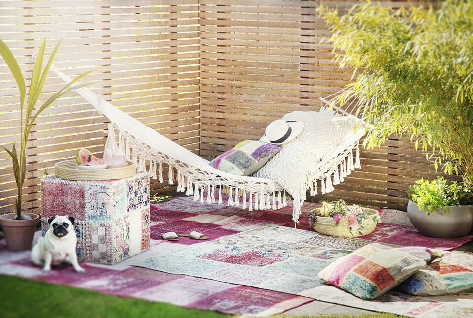 リビングルーム内のピンク色のてパッチワーク - turkiet絨毯。