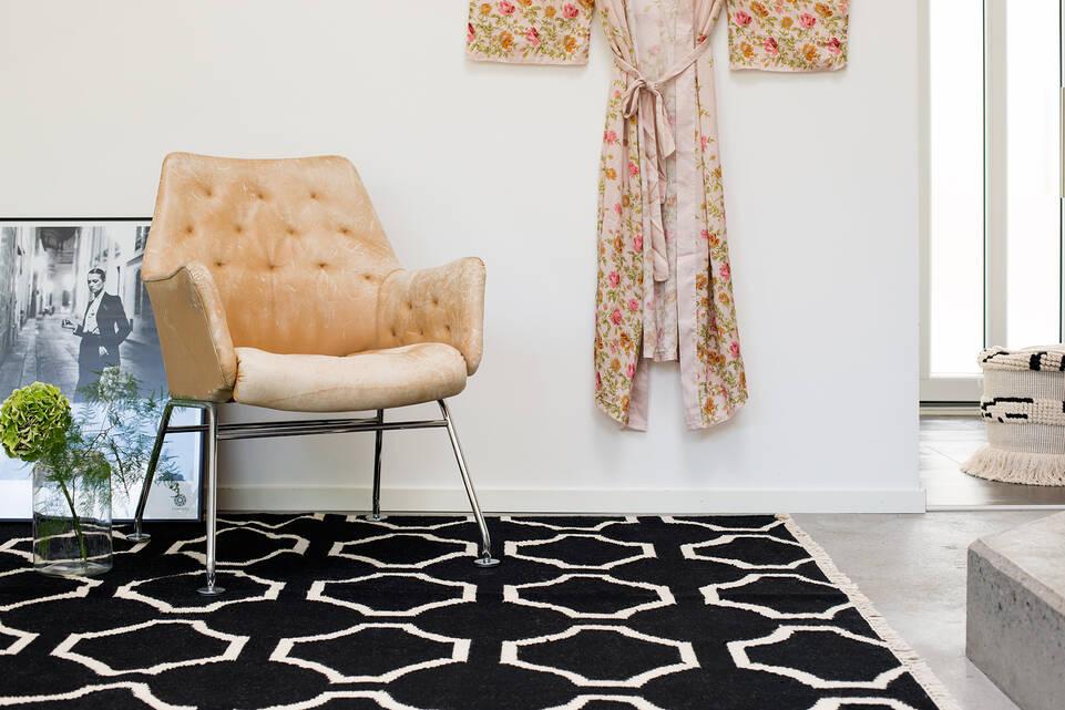 廊下内の黒色の / グレーのてキリム モダン絨毯。