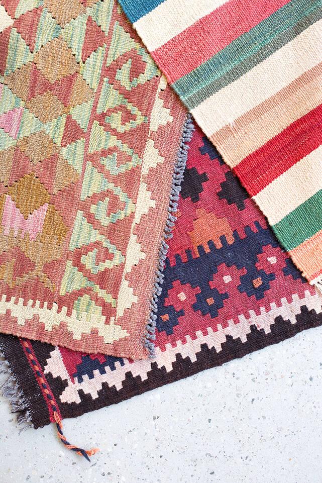 キッチン内の茶色の/ 黄色のてキリム アフガン オールド スタイル絨毯。