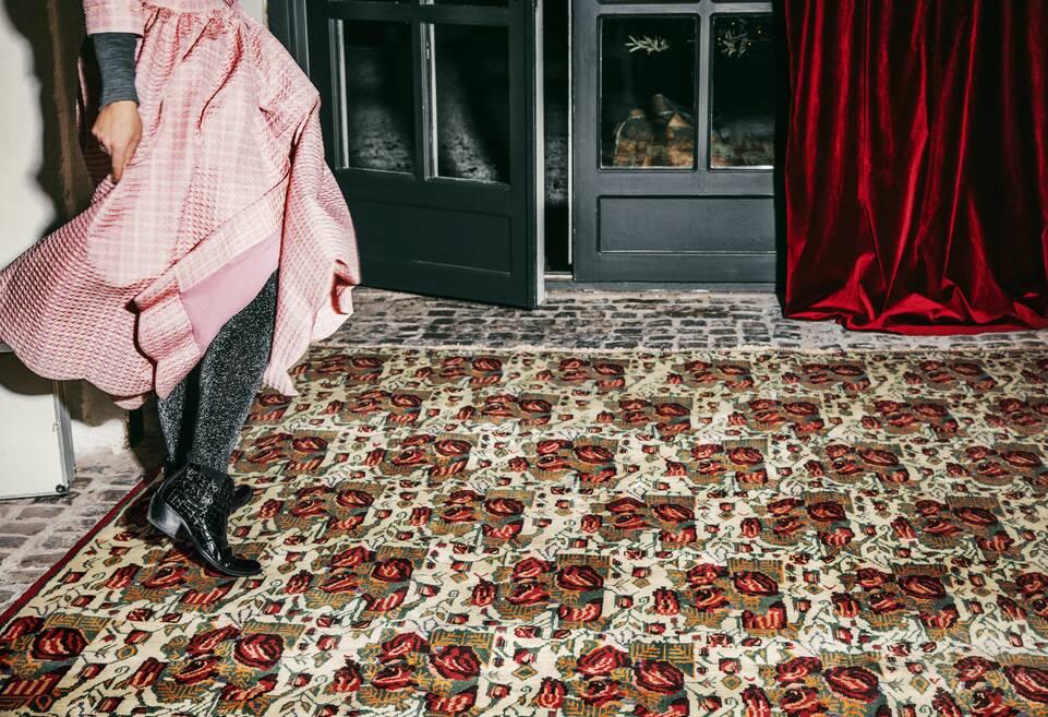 廊下内の茶色の/ 黄色のてアフシャル / sirjan絨毯。