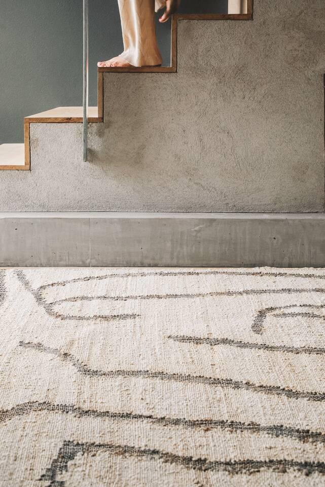 廊下内の白いてjute コットン絨毯。