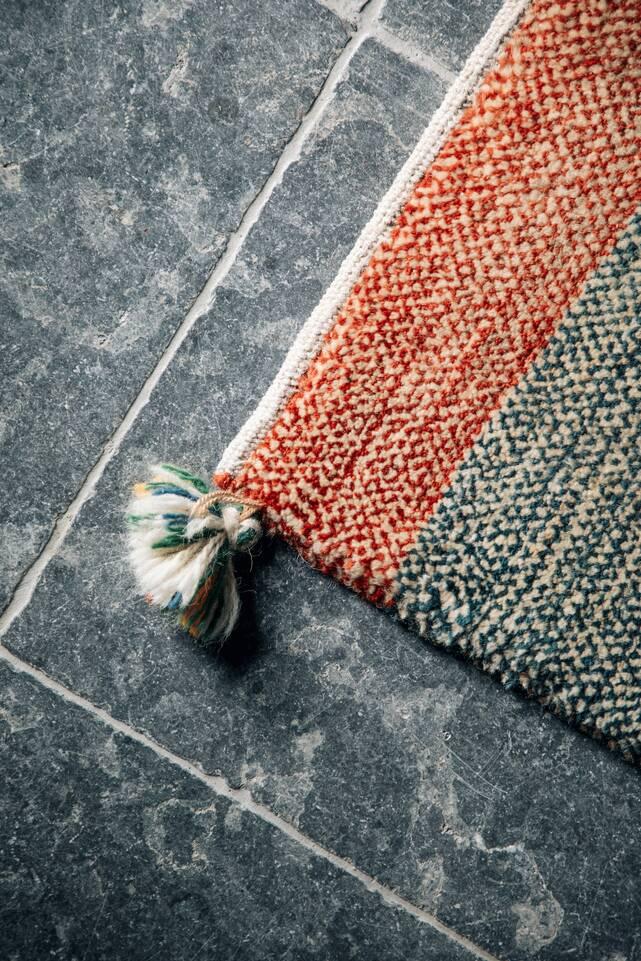 廊下内の赤色のて細長いギャッベ キャシュクリ絨毯。