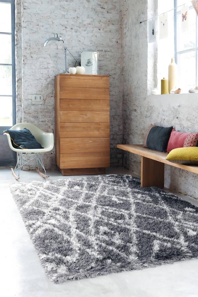 廊下内の黒色の / グレーのてberber / シャギー絨毯。