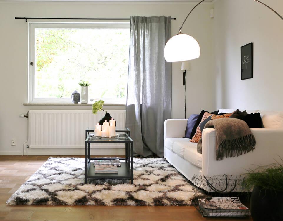 リビングルーム内の白いてberber シャギー venesia絨毯。