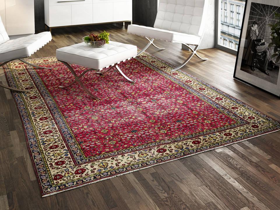 読書スペース内のピンク色のてカイセリ絨毯。