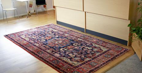 オフィス内の赤色のてナハバンド絨毯。